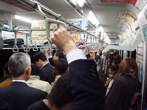 電車の優先席 譲る人と譲らない人の違い どんな意識で乗るべき?