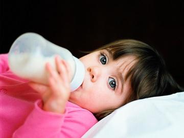 哺乳瓶をやめさせる方法 早めのストロー練習 就寝前の習慣 スキンシップ