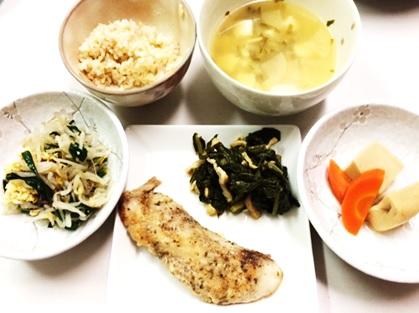 11月25日のごはん 800円以内 しいらのムニエル ニラたまもやし 高野豆腐 煮浸し