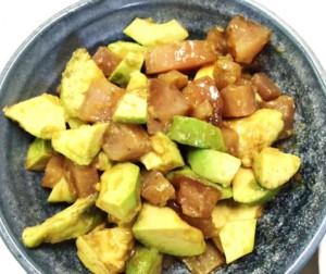 12月10日のごはん 700円以内 まぐろとアボカドのサラダ 里芋の煮っころがし かき揚げ