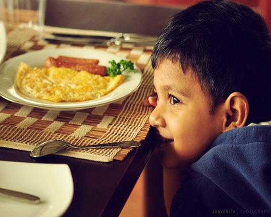 子供がご飯を食べないで遊びを優先する時 本当に食事を下げた結果 効果的な言い方とは