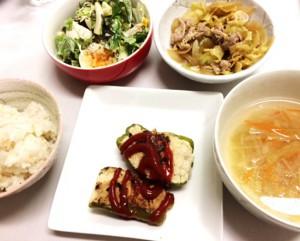 12月18日のごはん 1000円以内 ピーマンの肉詰め グリーンサラダ 生姜焼き コンソメスープ