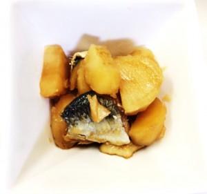 12月3日のごはん 500円以内 ニシンとじゃがいもの甘辛煮 野菜の天ぷら 温泉卵 つみれ汁のお粥